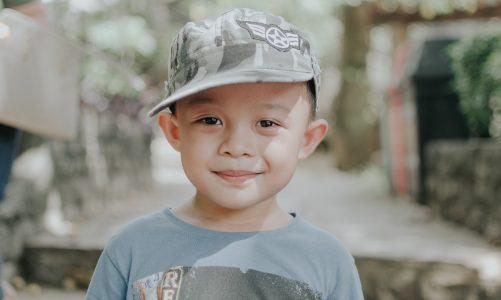 Ciekawa czapka dla chłopca na lato – na co zwrócić uwagę podczas zakupu?